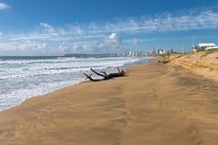 漂流木头注册空的海滩和蓝色多云天空 图库摄影