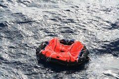 漂流橡皮救生艇 免版税图库摄影