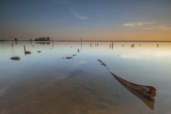 漂浮与反射的早晨在夏天日出期间在Jubakar海滩吉兰丹 免版税库存照片
