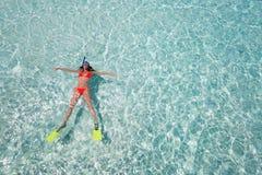 漂浮与潜航的齿轮的妇女 免版税库存照片