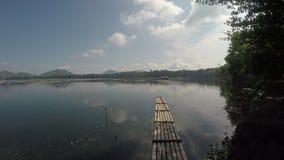 漂浮在一个被污染的湖的竹木筏在一阴天 影视素材