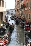 漂浮在一条传统威尼斯式运河的威尼斯平底船的船夫 免版税库存照片