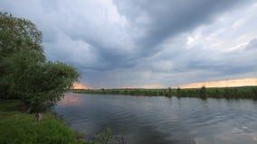 漂浮在一条小河的美丽的剧烈的云彩定期流逝风景在春天 股票录像