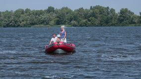 漂浮在一条小船的快乐的家庭在晴天 股票视频