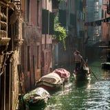 漂浮在一条运河的平底船的船夫在威尼斯 免版税库存照片