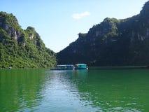 漂浮在下龙湾的越南居住船 免版税图库摄影