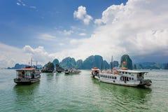 漂浮在下龙湾,越南中的旅游破烂物 免版税库存照片