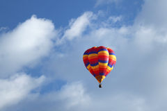 漂浮在云彩的多五颜六色的热空气气球 库存图片