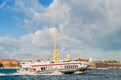 漂浮在内娃河的彼得和保罗堡垒和旅游飞星水翼艇在圣彼得堡,俄罗斯 免版税库存图片