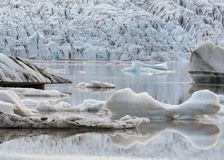 漂浮在冰河湖盐水湖中,瓦特纳冰川国家公园,南冰岛,欧洲水域的冰山  免版税库存图片