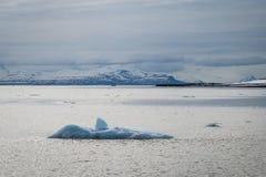 漂浮在北极海的冰山在斯瓦尔巴特群岛 免版税库存图片
