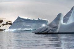 漂浮在南极洲的海的冰山 库存照片