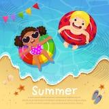 漂浮在可膨胀的孩子在夏时的海滩 Templat 库存照片
