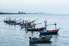 漂浮在多云天空的海的渔船在Prachuap Kh 图库摄影