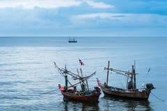 漂浮在多云天空的海的渔船在Prachuap Kh 库存照片