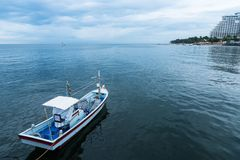 漂浮在多云天空的海的渔船在Prachuap Kh 免版税库存照片