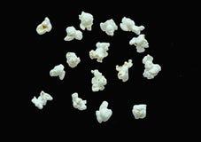 漂浮在夜空背景的咸玉米花 免版税库存图片