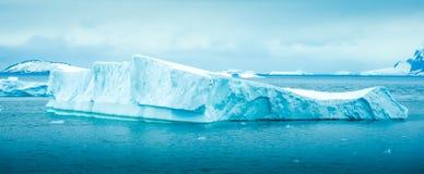 漂浮在天堂海湾,南极洲的冰山 免版税库存照片