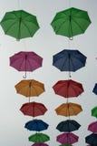 漂浮在天空中的夏天伞 免版税库存图片