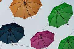 漂浮在天空中的夏天伞 免版税库存照片