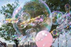 漂浮在天空中的泡沫baloons 免版税库存图片