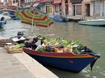 漂浮在威尼斯式运河的蔬菜水果商 免版税库存照片