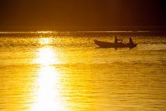 漂浮在小船的年轻夫妇 免版税库存图片