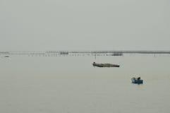 漂浮在愚钝的海的渔场小船 免版税库存照片