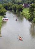 漂浮在方铅矿的伊利诺伊方铅矿河下的独木舟和皮船 免版税库存图片