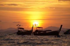 漂浮在日落期间的两条小船 免版税图库摄影