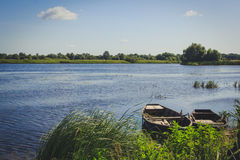 漂浮在木码头附近的两条空的小船 免版税库存图片
