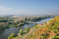 漂浮在欧洲河Labe的桥梁附近的两艘船,当观看从监视在秋季捷克风景的梅利尼克市 库存照片