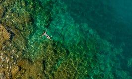 漂浮在水中的女孩 库存照片