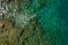 漂浮在水中的女孩 免版税图库摄影