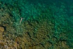漂浮在水中的女孩 免版税库存照片