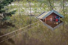 漂浮在水中的小客舱,栓与绳索 充斥从河Tovdalselva在克里斯蒂安桑,挪威- 库存照片