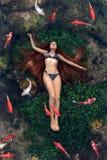 漂浮在水中的少妇 库存照片