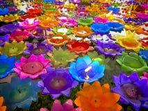 漂浮在水的五颜六色的莲花蜡烛 免版税库存图片