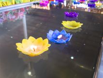 漂浮在水的烛光焰 葬礼概念 选择聚焦和浅景深 库存图片