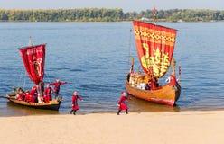 漂浮在河伏尔加河的老帆船在晴天在Sa中 免版税库存图片