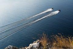漂浮在河的两架喷气机滑雪 免版税库存图片