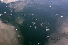 漂浮在河的冰片断 免版税库存照片