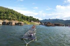 漂浮在河的游人 免版税库存图片