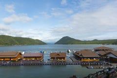 漂浮在河的美好的rafthouses 库存图片