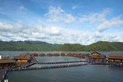 漂浮在河的美好的rafthouses 免版税图库摄影