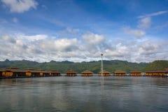 漂浮在河的美好的rafthouses 免版税库存图片