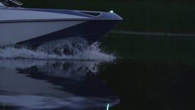 漂浮在河的迅速汽船在晚上 小船弓切口水 股票录像