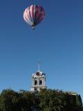漂浮在法院大楼的气球 免版税库存照片
