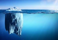 漂浮在海出现和全球性变暖的冰山 免版税库存照片