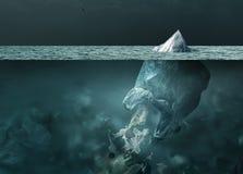 漂浮在海洋和全球性变暖概念的塑料袋冰山 库存照片